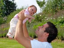 Отцовство превращает мужчину в женщину, установили эксперты