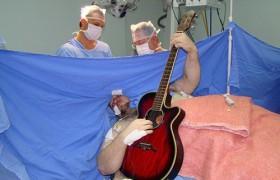 Бразильский банкир спел и сыграл на гитаре во время операции на мозге