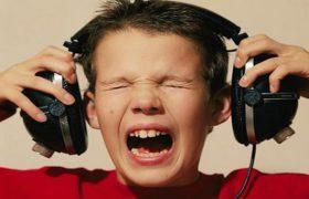 Громкая музыка из наушников повреждает клетки мозга