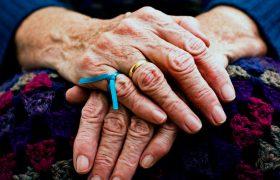 Ученые: болезнь Альцгеймера может распространяться при переливании крови