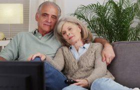 Регулярный просмотр телевизора отупляет пожилых людей