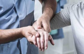 От курения до атеросклероза: врач назвал причины набухших вен на кистях
