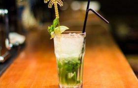 Риск теплового удара и утопления: нарколог о коктейлях с алкоголем в жару