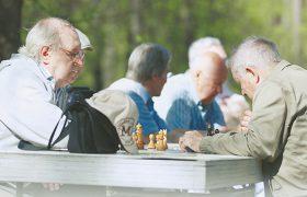 Почему пожилые люди подвержены риску болезни Альцгеймера?