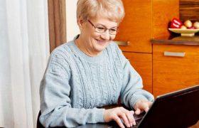 Компьютер, походы в кино, кроссворды: названы наиболее полезные занятия для стареющего мозга