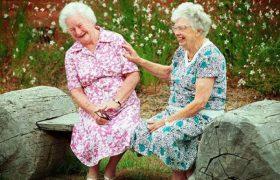 Интенсивное общение с друзьями после 60 лет помогает избежать деменции