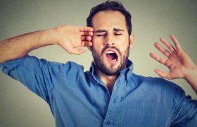 Врачи объяснили, как инсульт связан с зевотой