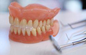 Протезирование зубов: Отличительные особенности акриловых зубных протезов