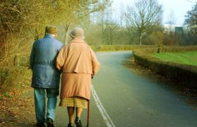 Выявлена связь между медленной ходьбой и ранним старением мозга