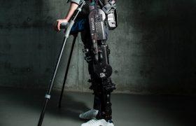 Парализованный мужчина снова ходит с управляемым мозгом экзоскелетом