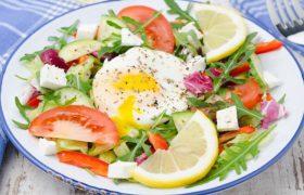 «Не обойтись без яиц». Врач посоветовала лучшие продукты для мозга
