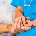 Медики рассказали, как распознать симптомы болезни Паркинсона