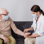 Диетологи назвали продукты, вредные для людей с повышенным давлением