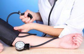 Кардиолог перечислила способы поднять давление за пять минут