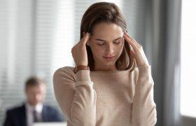 Стресс и недосып: врачи раскрыли причины постоянных головных болей